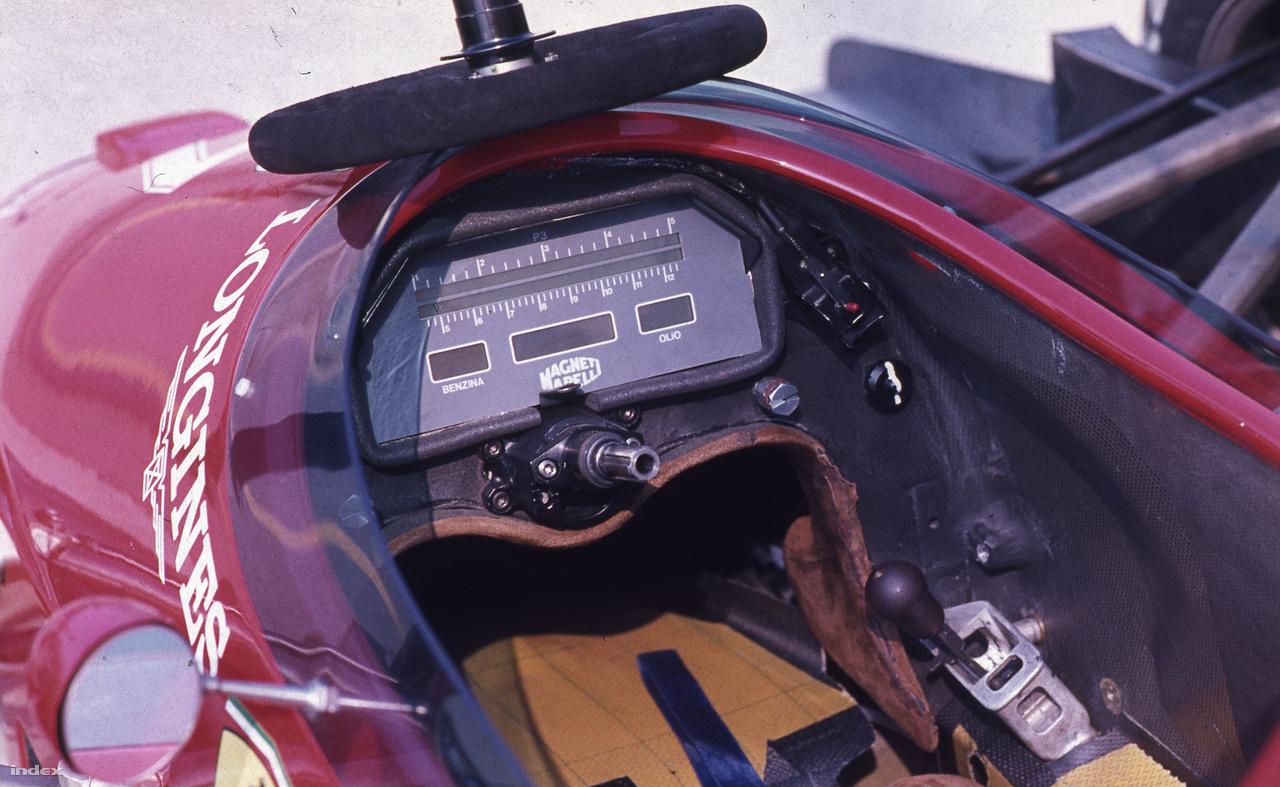 Az egyik Ferrari műszerfala, digitális! Kissé egyszerűbb, mint a mostaniaké, mondjuk azoknak már műszerfaluk sincs, minden a kormányon van. Ezen a kormányon, ami ott hever a műszerfal fölött, egyetlen gomb sem volt, csak irányváltásra volt jó. Ott jobbra lent az a kis fekete kar, na az a sebességváltó. Régen minden sokkal egyszerűbb volt.