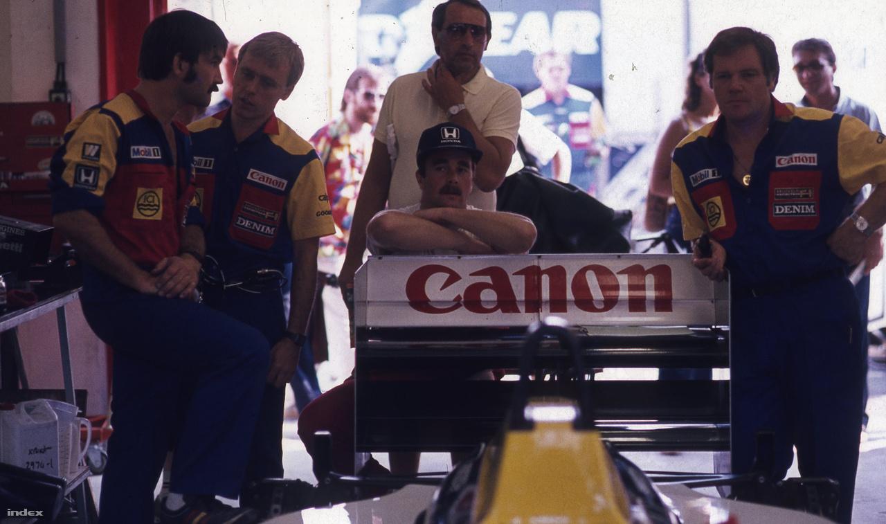 Az F1 bajusza, azaz Nigel Mansell a Williams-boxban figyeli az eseményeket mérnökei és szerelői között. Ő a negyedik helyről indult, és harmadik lett. Az első versenyünk még nem róla szólt, de a második, 1987-ben már igen, akkor esett le az egyik kerekéről az a bizonyos anyacsavar, ami miatt fel kellett adnia a vezető helyet. A balos forduló neve így épp 30 éve Mansell-kanyar. 1989-ben aztán Ferrarival győzött a Hungaroringen.