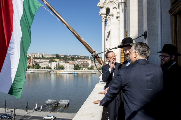 David Lau, Izrael askenázi főrabbija (b2) és Orbán Viktor miniszterelnök (j2, háttal) találkozója az Országházban 2017. július 6-án. Jobbról Köves Slomó, az Egységes Magyarországi Izraelita Hitközség (EMIH) vezető főrabbija.