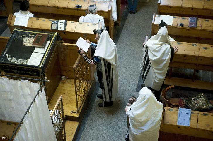 Haszid zsidók az újhold alkalmából tartott reggeli imán Budapesten a VI. kerületi Vasvári Pál utcai zsinagógában