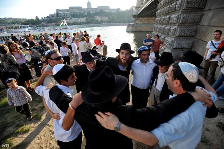 Férfiak táncolnak a zsidó újév a ros hásáná alkalmából az Egységes Magyarországi Izraelita Hitközség (EMIH) szervezésében megrendezett ünnepségen