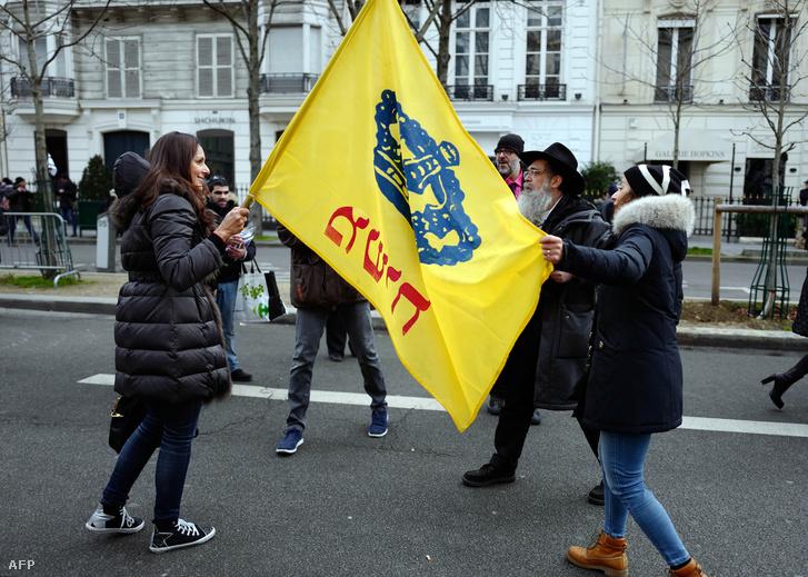 Tüntetők tartják a Chabad zászlaját Párizsban, 2017. január 15-én, ahol a Közel-keleti helyzet rendezéséről tartottak konferenciát.