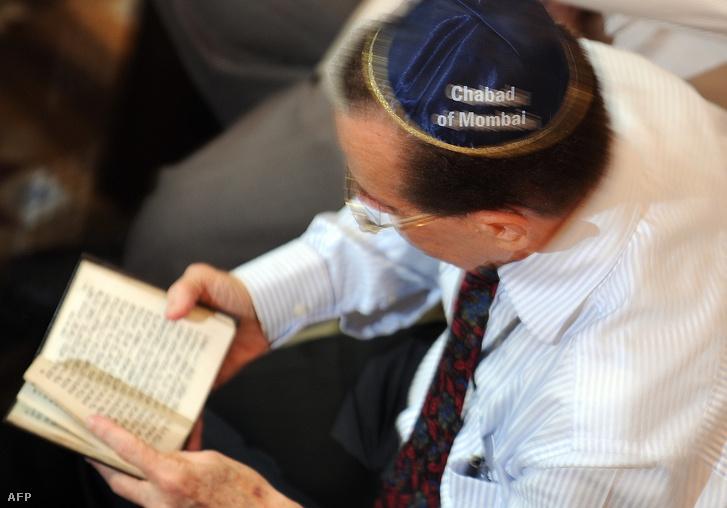 Egy Chabad-tag imádkozik Mumbaiban 2009-ben, az egy évvel korábbi robbantás áldozatainak emlékéért.
