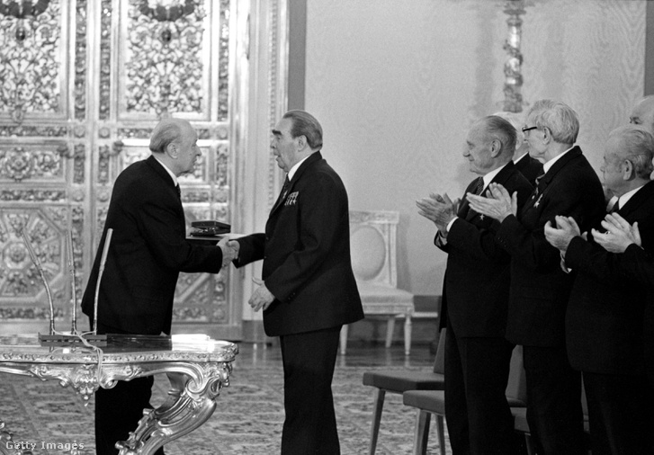 Kádár János köszönti fel Brezsnyevet Moszkvában, a főtitkár 75. születésnapjának alkalmával, 1981-ben.
