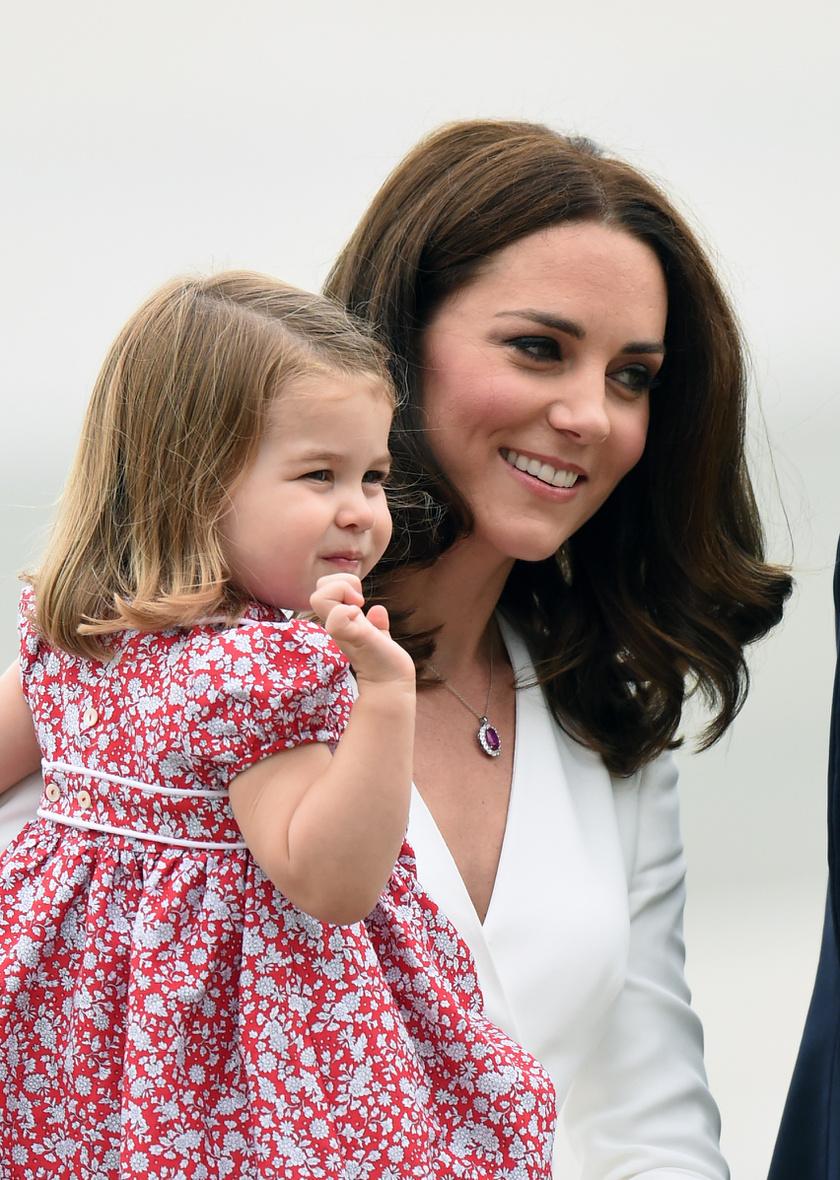 Már egész kis hölgy lett a kis Charlotte hercegnőből.