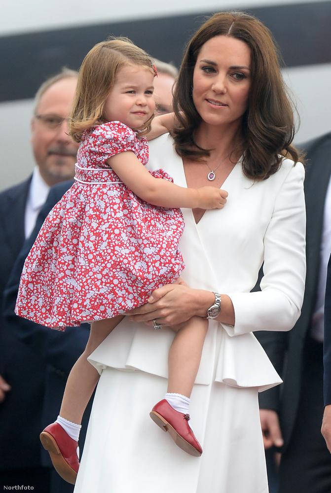 Ezzel szemben a húga igazi hercegnői méltósággal viselte a felhajtást.