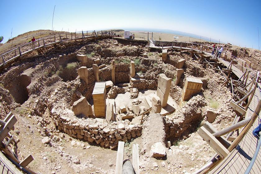 A Göbekli Tepe feltárásakor az emberiség történetének eddig ismert legrégebbi templomait tárták fel, de a felszín alatt még számos kőkör árulkodik további részekről. Állítólag a feltárt rész csak 10%-a az egész ősi létesítménycsoportnak.