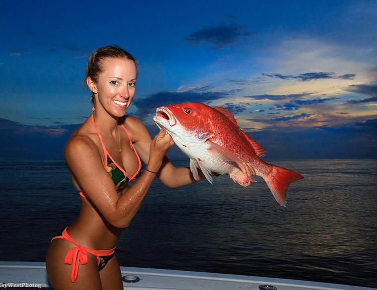 A halakkal pózolásban is jeleskedő lány egyébként nem csupán hobbipecás.