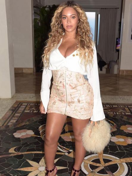 Pontosan 4 héttel a szülése után így pózolt Beyoncé az Instagram-oldalán.