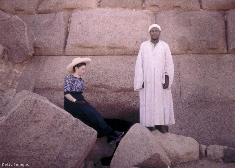 Az egyik egyiptomi piramis bejáratánál is lefotózta a feleségét