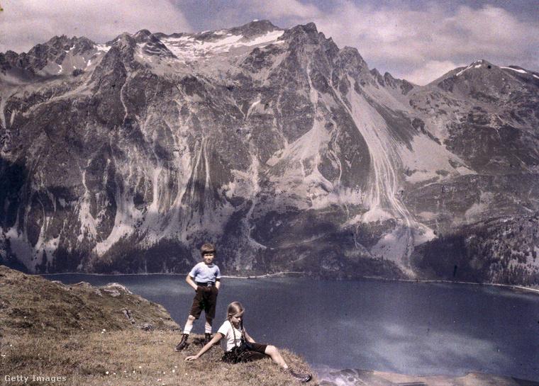 A fia Heinz és lánya Eva a hegyek között, valamikor az 1920-30-as években