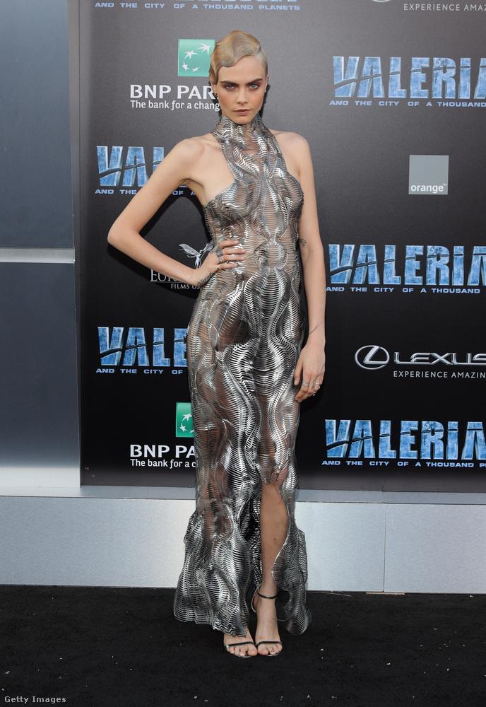 Ahogy egy korábbi posztunkban már emlegettük, Hollywood szerencsésen átesett a Valerian és az ezer bolygó városa című film premierjén, ahol nemcsak Tara Reid nézett ki érdekesen.Az egyik főszerepet alakító Cara Delevingne például egy különösen szexi grillrácsnak öltözött.