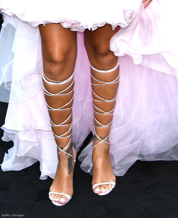 Most viszont inkább a lábait mutogatta, aminek köze lehet ahhoz, hogy épp előállt egy saját tervezésű cipőkollekcióval.