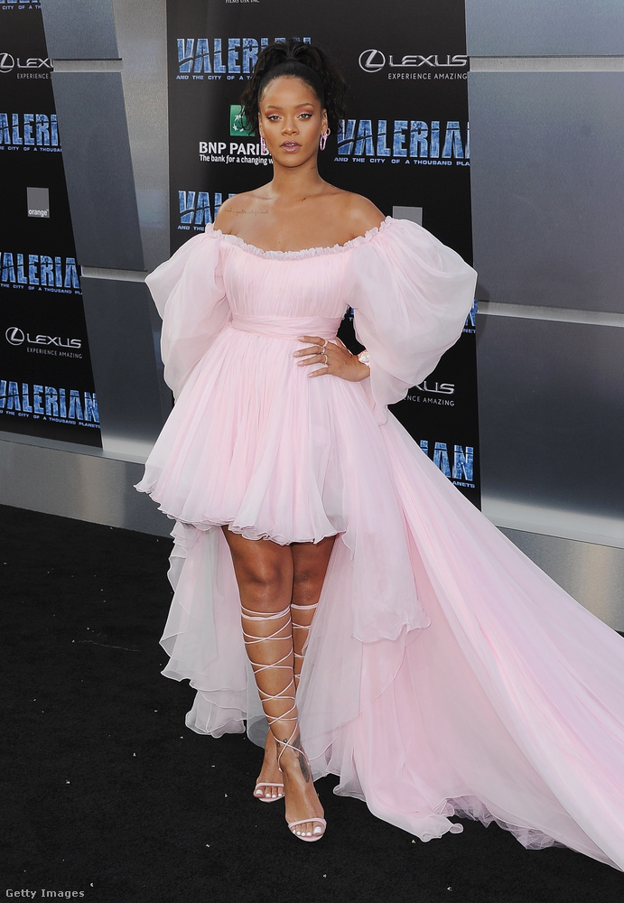 A filmben Rihanna is szerepel, és ő sem arról híres, hogy kötényruhában és tutyiban jelenik meg nyilvánosan