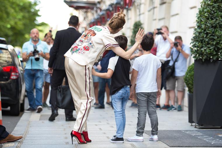 Az énekesnő egyébként jelenleg Párizsban tartózkodik, ahova magával vitte mindazösszes gyerekét