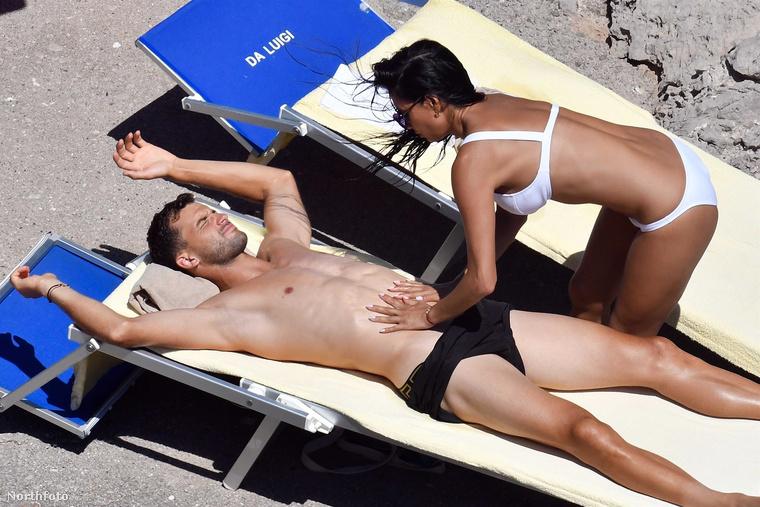 Scherzinger hirtelen ellenőrzi, hogy mindene megvan-e az urának