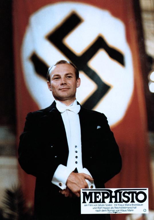 Klaus Maria Brandauer alakította a hamburgi színház tehetséges színészét, Hendrik Höfgent.