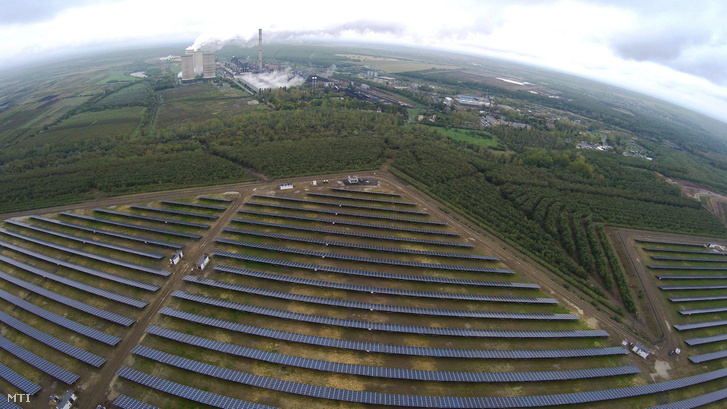 Mátrai Erőmű Zrt. 16 megawattos naperőműve Visonta közelében az átadást követő napon 2015. október 15-én. Magyarország legnagyobb mintegy 65 milliárd forintos ráfordítással megépült fotovoltaikus erőműve október elején kezdte meg működését.