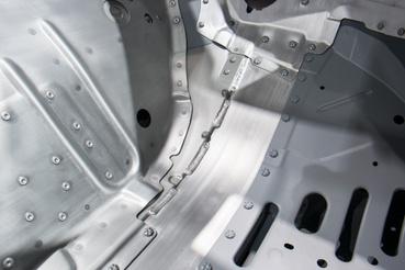 Ezerféle technológiával eresztik össze a karosszériaelemeket, az acél és alu között speciális tömítőanyaggal akadályozzák meg az elektrokémiai korróziót