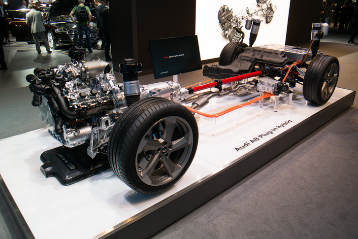 A négyhengeres hibrid felejtős: V6 3 liter az alap