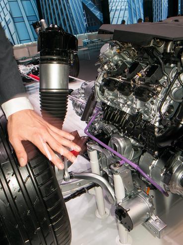 Ott van alul, az a hengeres tárgy, az egy 2 kilowattos motor, ami emeli-süllyeszti a kereket