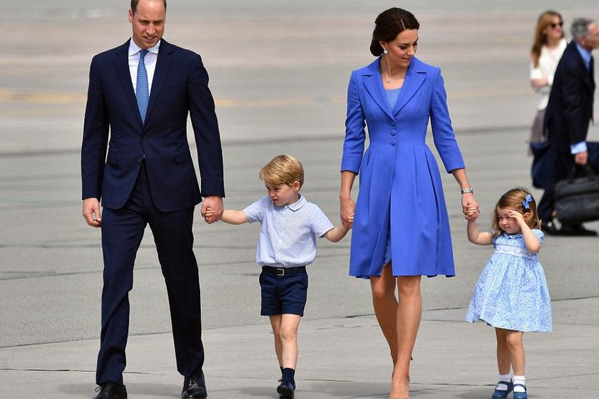 Kék nyakkendő, kék ingecske, kék ruha, kék masni - egymáshoz öltöztek a hercegi család tagjai.