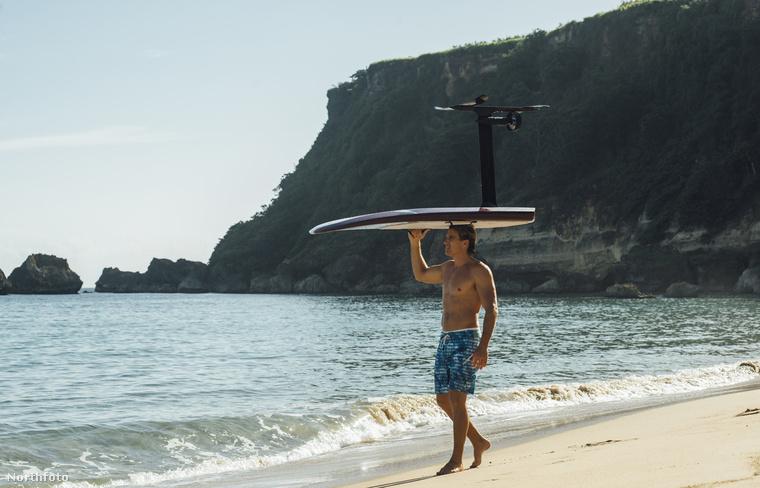 Potom 2000 dollárba kerül egy ilyen távirányítóval működtethető luxus szörfdeszka.