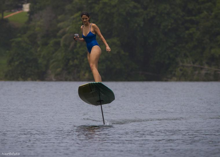 De talán ez a kép adja át a legjobban, hogy mitől is olyan nagy cucc ez az (emléletileg) hordszárnyas, de legyen inkább lebegő szörfdeszka.