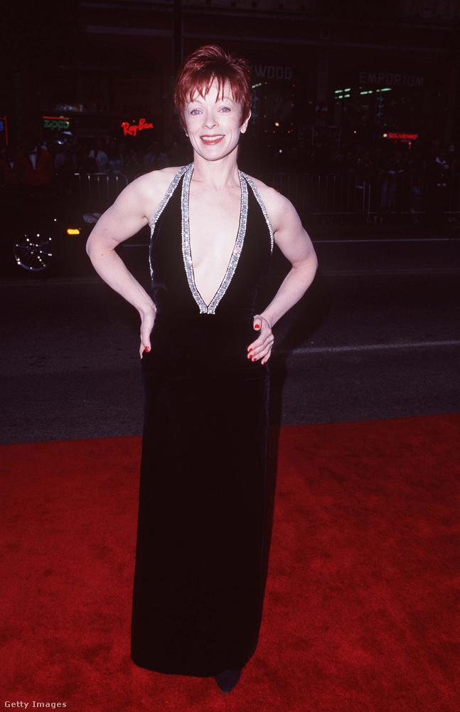 Frances FisherFisher alakította a filmben Rose anyját, aki érthető módon erősen ellenezte, hogy lánya összejöjjön egy hajóra felszökött csavargóval.