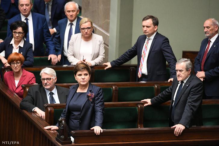 Beata Szydlo lengyel miniszterelnök (k) a legfelsőbb bíróságról szóló törvényjavaslat vitáján a lengyel parlament alsóházában a szejmben Varsóban 2017. július 18-án.