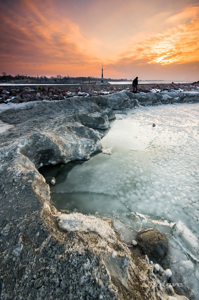 Az ég lángokban áll, míg a Balaton hűvös jéglepel alatt nyugszik. Lenyűgöző ez ellentét!