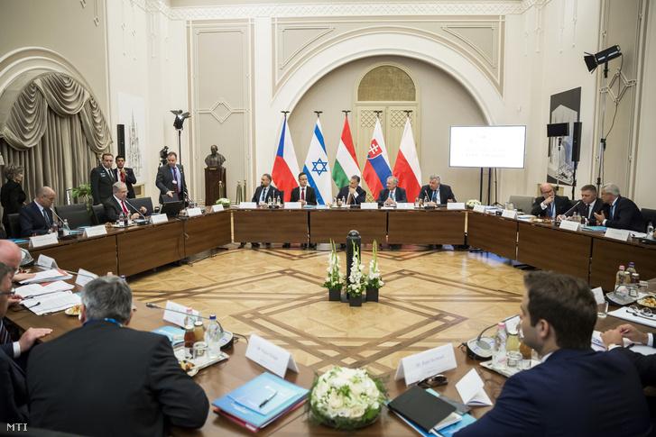 Benjámin Netanjahu izraeli (b2), Orbán Viktor magyar (b5) és Robert Fico szlovák (j2) miniszterelnök a visegrádi országok kibővített tanácskozásán a Pesti Vigadóban 2017. július 19-én.