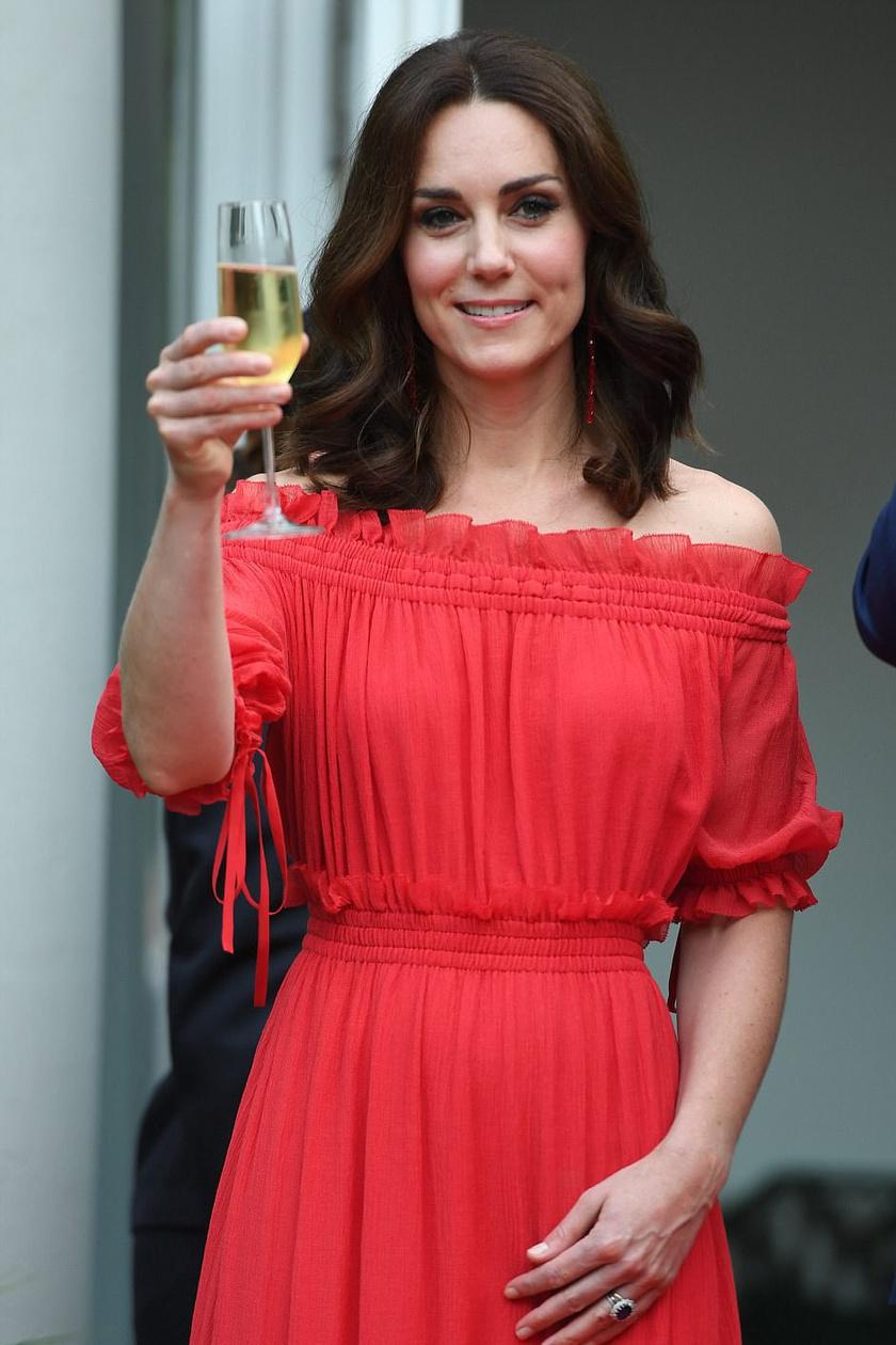 Katalin ismét egyik kedvenc tervezőjétől, Alexander McQueentől választott ruhát.