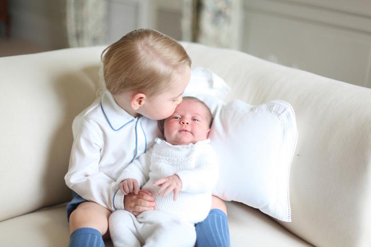 Rajta kívül persze van még cukigyerek a családban, jelesül a húga, Sarolta hercegnő, akiről szintén nem illik megfeledkezni (nem is szoktunk), de azért most nem feltétlenül kéne hagynunk neki, hogy elvegye a bulit Györgytől