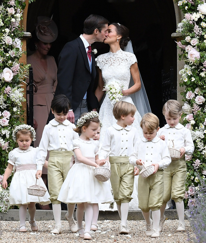 Persze a szórakozás mellett sok a kötelesség is, így kénytelen volt elvállalni a koszorúsfiú szerepét anyja húga, Pippa Middleton esküvőjén