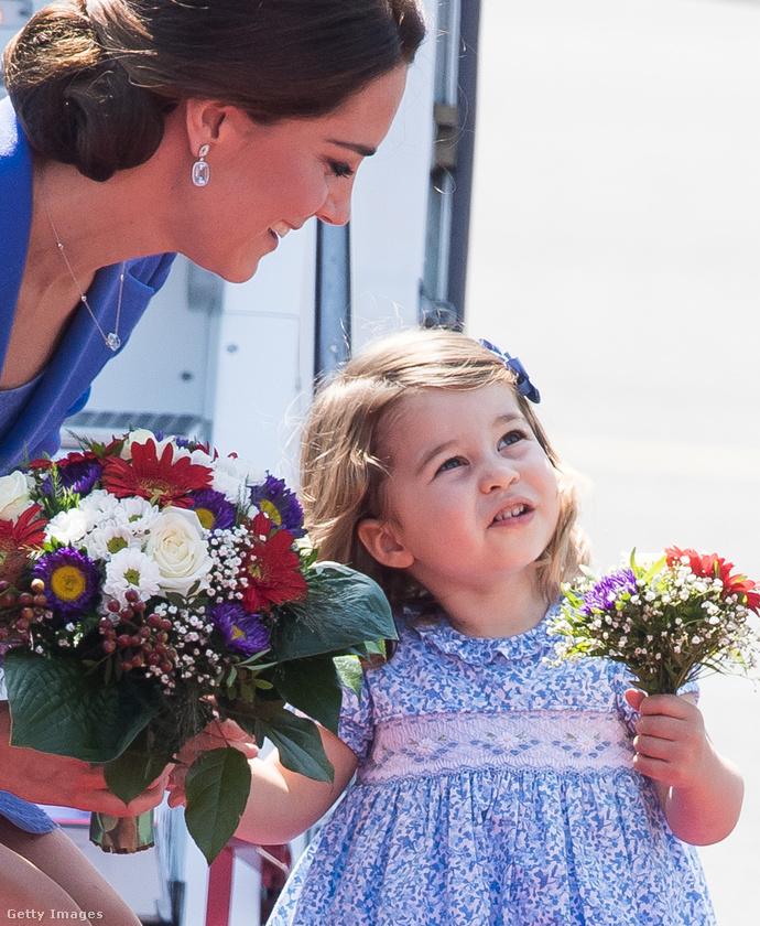 Az elanyusodásból viszont mindössze annyi bizonyult igaznak, hogy a hercegné sokat mutatkozik gyerekeivel, a grimaszkirály Györggyel, és a hercegnő Saroltával.