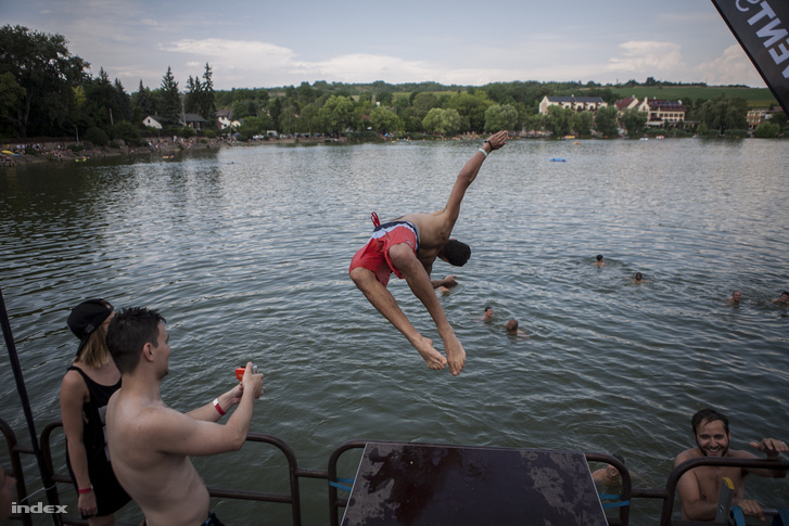 Felhevült testtel ne ugráljon a vízbe!