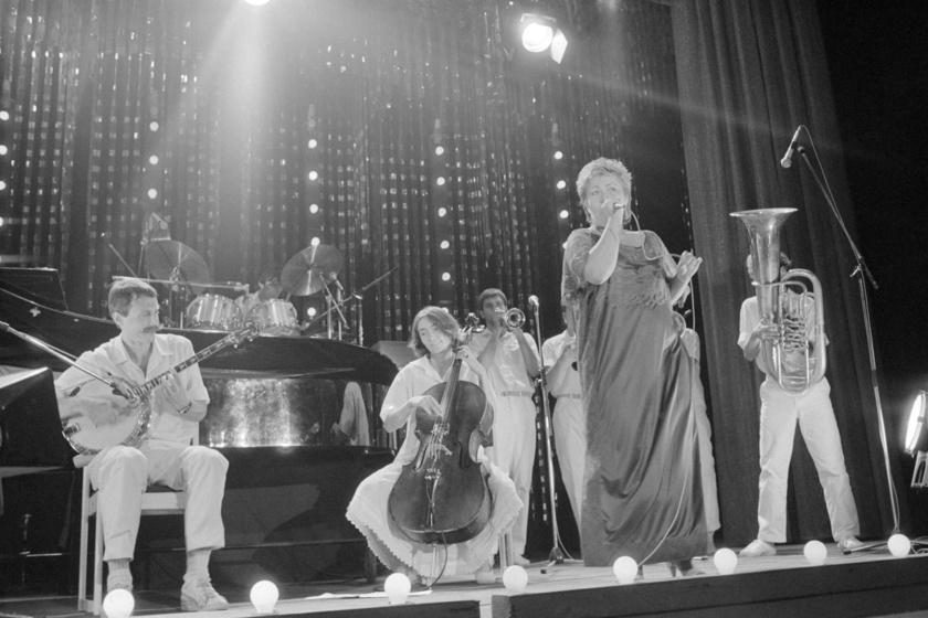 Falusi Mariann énekel a Ki mit tud? tehetségkutató verseny döntőjében az Almássy téri szabadidő központban.