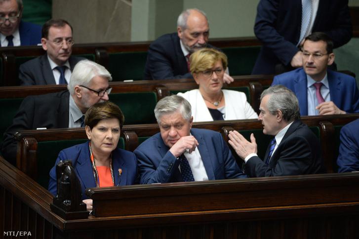 Beata Szydlo lengyel miniszterelnök (b) és Krzysztof Jurgiel mezőgazdasági miniszter (k) Piotr Glinski miniszterelnök-helyettes társaságában (j) a legfelsőbb bíróságról szóló törvényjavaslat vitáján a lengyel parlament alsóházában a szejmben Varsóban 2017. július 20-án.