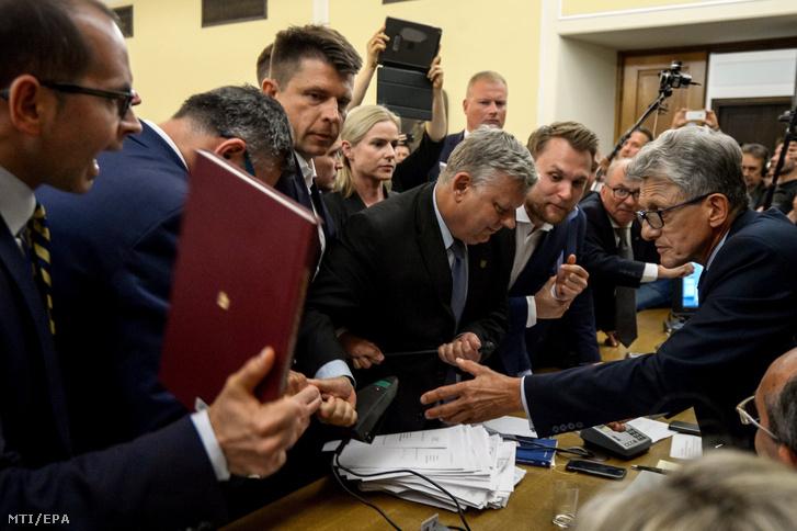 Stanislaw Piotrowicz az igazságügyi bizottság elnöke (j) felszólítja Marek Suskit a kormányzó lengyel Jog és Igazságosság (PiS) párt tagját (k) és Ryszard Petrut az ellenzéki Nowoczesna párt elnökét (b3) hogy fejezzék be a dulakodást a mikrofonért a legfelsőbb bíróságról szóló törvényjavaslat vitáján a lengyel parlament alsóházában a szejmben Varsóban 2017. július 20-án.