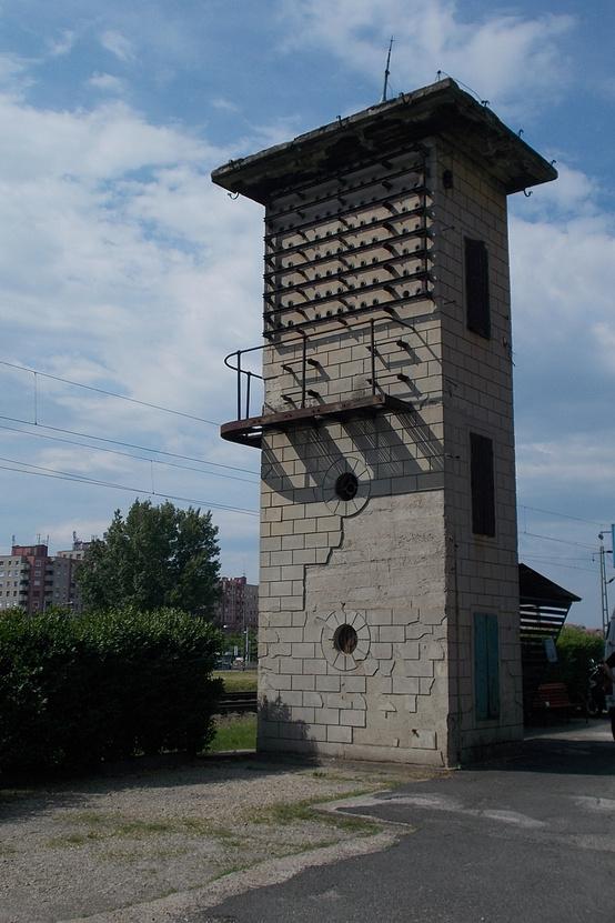 Volt kábelbódé épülete Rákospalotán a Harsányi Kálmán utcában. 1911-re készült el az ország első villamosított vasútvonala épp itt (a mai Bp-Veresegyház-Vác vonal), és azért nem tudták 1912-ig elindítani a közlekedést, mert a villamos felsővezetékek zavarták a távíró-légvezetéket. Ekkor süllyesztették le a távírókábeleket a föld alá Rákospalota-Újpest MÁV-állomástól egy szakaszon. Ezért feltételezzük, hogy ekkor épülhetett a kábelbódé is.