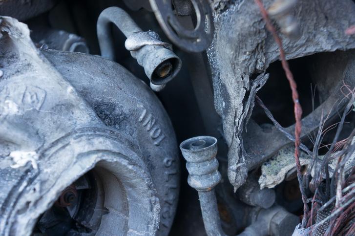 Ez egy olajcső két csatlakozója. A köztük lévő gumi elpárolgott a tűzből