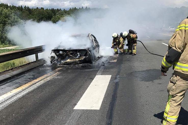Itt még locsolják a Maribor mellett kiégett BMW-t