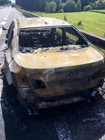A képen a Nagykovácsiban élő család közel egy hónapja megsemmisült BMW 520d limuzinjának maradványai láthatók. A tűz azután keletkezett, hogy a műszerfalon megjelent az Engine Failure felirat