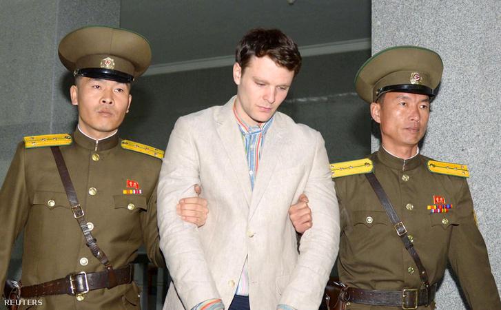 Otto Warmbier észak-koreai katonák kíséretében.
