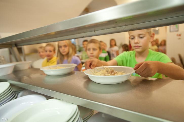 Gyerekek egy iskolai menzán Budapesten
