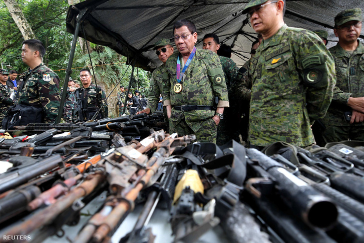 Rodrigo Duterte egy katonai táborban Marawiban, július 20-án