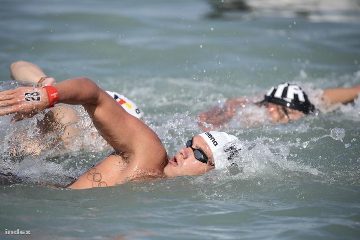 Rasovszky Kristófnak fel kellett adnia a 25 km-es nyíltvízi számot néhány kilométerrel a vége előtt, akkora rúgást kapott a verseny közben.