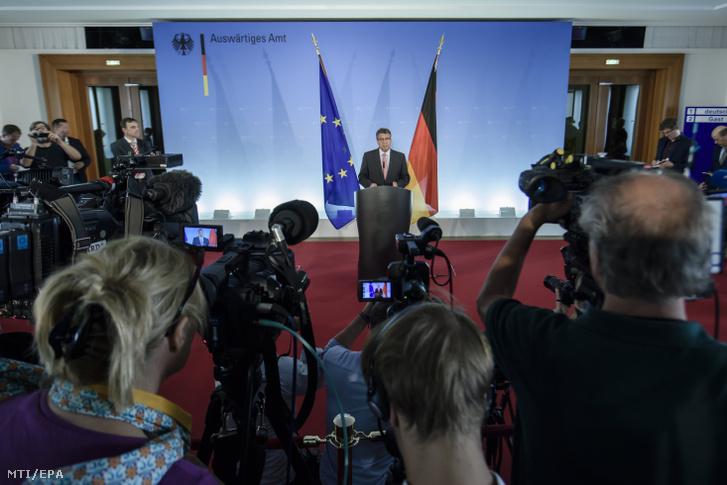 Sigmar Gabriel német alkancellár külügyminiszter sajtóértekezletet tart Peter Steudtner német emberi jogi aktivista július 18-i isztambuli letartóztatásával kapcsolatban Berlinben 2017. július 20-án.