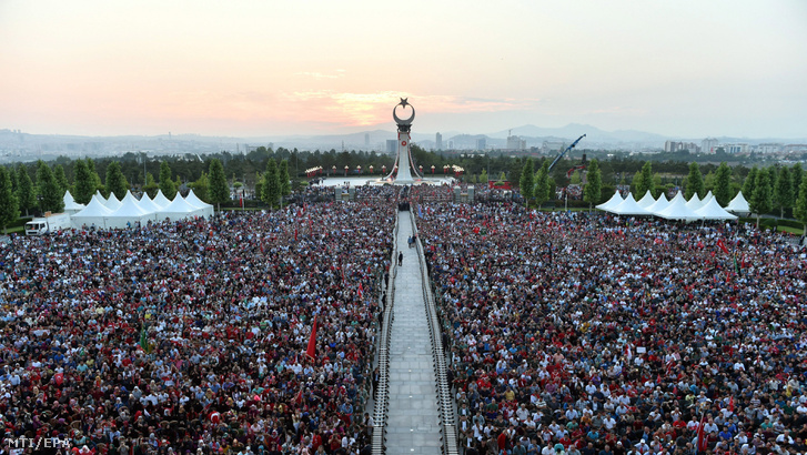 A török elnöki hivatal sajtóirodája által közreadott képen a 2016. július 15-i puccskísérlet első évfordulója alkalmából rendezett megemlékezés a mártírok új emlékművénél Ankarában 2017. július 15-én.